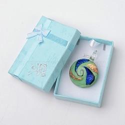 Main dichroïques pendentifs en verre de boîte emballée, un demi-rond pendentif murano avec couleur aléatoire boîte de collier en carton exquis, paleturquoise, 29~31x11.5~12.5mm, Trou: 5~7mm(DICH-X039-03)