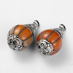 déposer pendentifs de style tibétain, avec l'imitation de résine de cire d'abeille et les résultats en laiton argenté antique, Pérou, 40x18.5 mm, trou: 4 mm(TIBEP-F051-08)