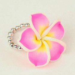 Faits à la main en pâte polymère plumeria anneaux élastiques, avec placage perles acryliques, rose, 20mm(RJEW-JR00042-01)