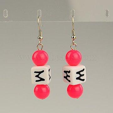 Boucles d'oreilles en acrylique à la mode, avec des lettres aléatoires et les crochets de boucles d'oreilles en laiton, rose foncé, 49mm(EJEW-JE00721-01)