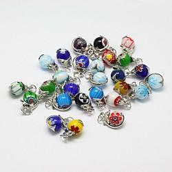 Rondes pendentifs en verre à la main millefiori mixtes, avec les accessoires pendentif en laiton de dauphin de platine plaqué, couleur mixte, 14x21x12mm, Trou: 5mm(LAMP-A147-08)