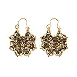 Boucles d'oreilles créoles en alliage de style rétro bohème, fleur, or antique, 41~44 mm; broche: 0.7 mm; fleur: 31.5x28.5x1.8 mm(EJEW-TAC0003-01AG)