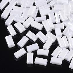 Perles de rocaille en verre, couleurs opaques lustered, trou rond, rectangle plat, blanc, 4~7x3~3.5x2~2.5mm, trou: 1~1.2 mm; environ 2500 PCs / sachet (SEED-S028-02A-02)